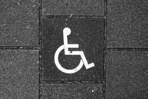 Пандус для инвалидов в подъезде дома